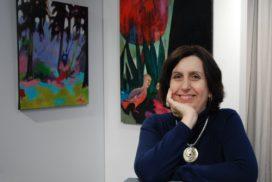 Valérie Auriel devant ses oeuvres