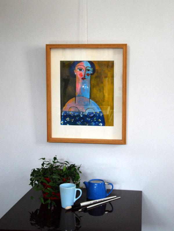 Femme aux cheveux bleus sur fond ocre de Sandra Paris